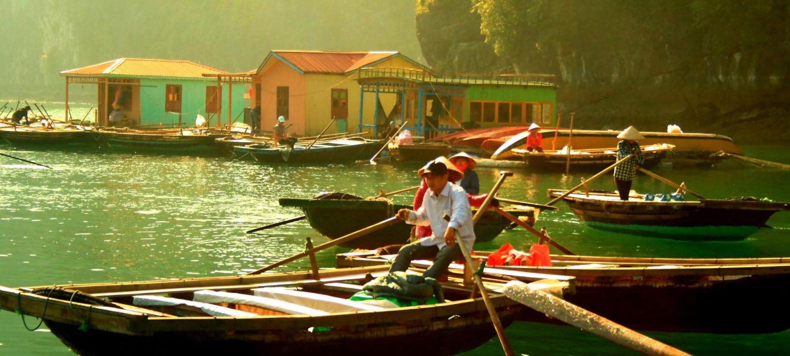 Singlereise Indochina - Schwimmende Dörfer- Mann auf Boot
