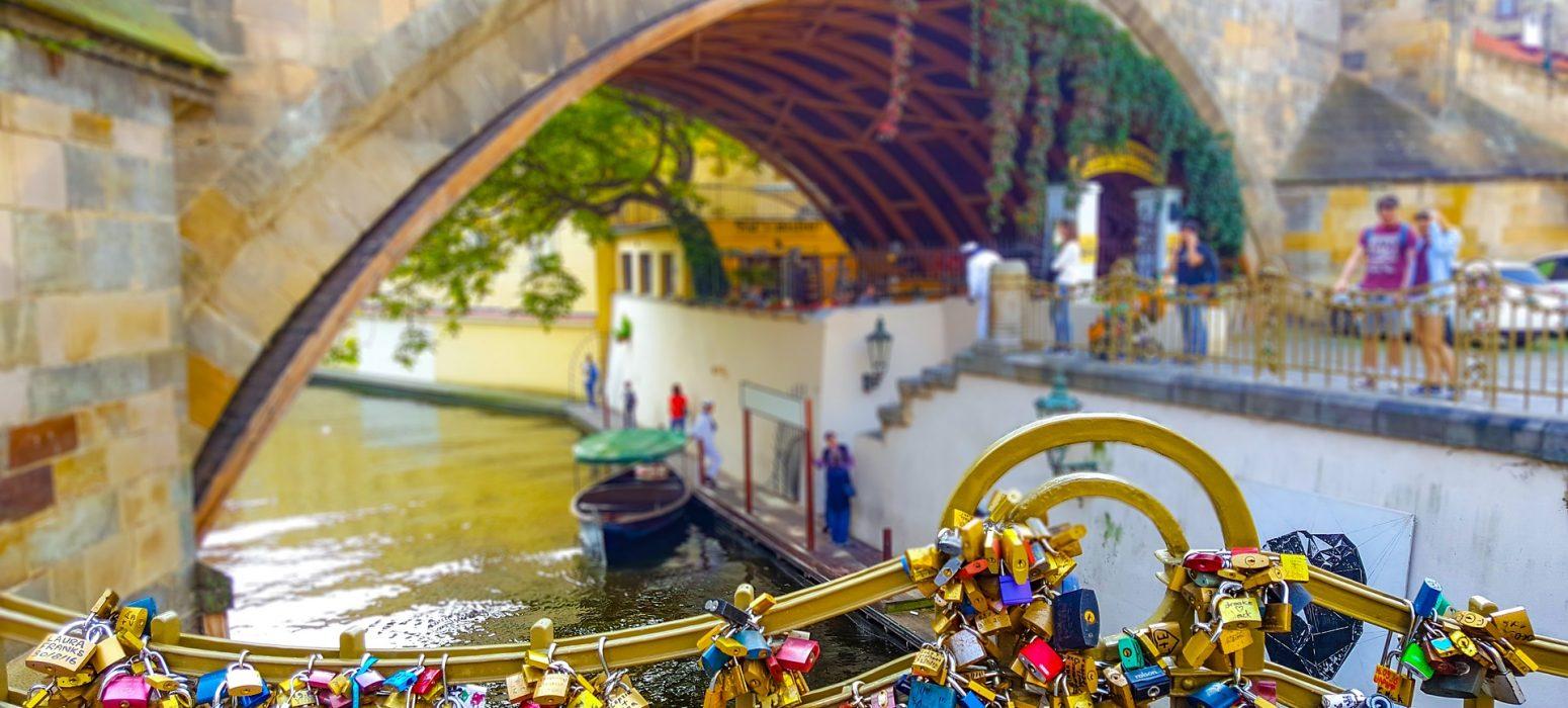 Singlereise Prag - Brücke mit Schlössern am Geländer
