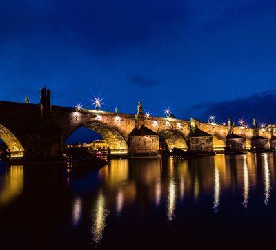 Singlereise Prag-Karlsbrücke bei Nacht