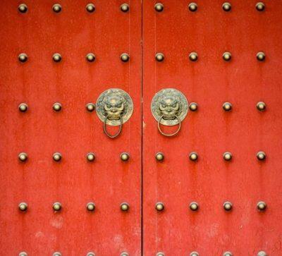 Kleine Singlereise China - rote Tür am Tempel