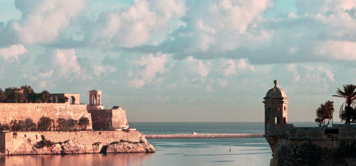 Singlereise Malta - Hafen von Valletta bei Sonnenuntergang